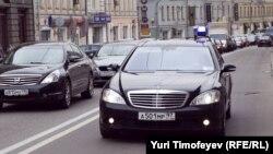 Привилегированный номер и мигалка - признак принадлежности к высшим слоям российской бюрократии