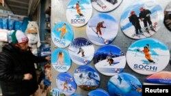 Продажа сувенирной продукции, изготовленной к Олимпийским играм в Сочи. Адлер, 27 января 2014 года.