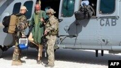 Два французских солдата в Мали во время встречи заложника, освобожденного из плена исламистов, апрель 2015 г.