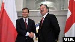 Министр иностранных дел Польши Радослав Сикорский (слева) и глава грузинского МИДа Григол Вашадзе