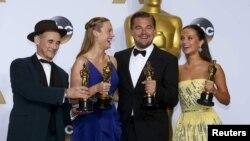 (Зліва направо) Переможці премії оскар: найкраща чоловіча роль другого плану Марк Райленс, найкраща актриса Брі Ларсон, найкращий актор Леонардо Ді Капріо та найкраща жіноча роль другого плану Алісія Вікандер. 28 лютого 2016 року