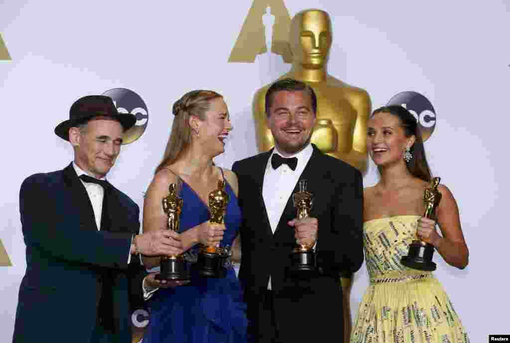 (Зліва направо) Переможці премії «Оскар»: найкраща чоловіча роль другого плану Марк Райленс, найкраща актриса Брі Ларсон, найкращий актор Леонардо ДіКапріо та найкраща жіноча роль другого плану Алісія Вікандер. 28 лютого 2016 року