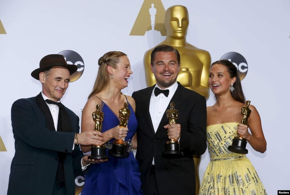 لئوناردو دیکاپریو سرانجام برای بازی در فیلم «از گور برگشته» توانست جایزه اسکار را از آن خود کند. او پیش از این فیلم، ۴ بار برای بازیگری، نامزد دریافت اسکار شده بود.