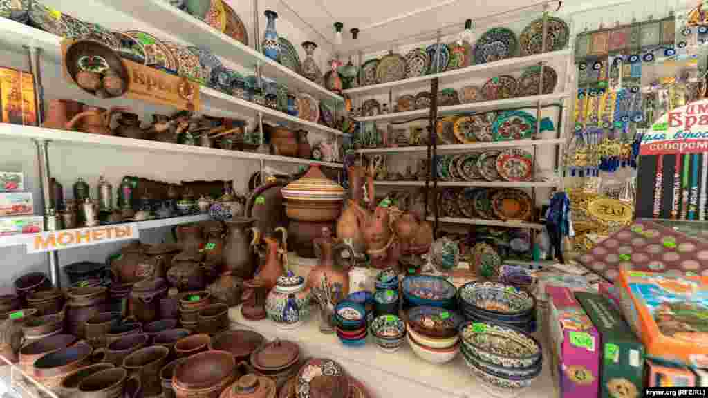 Цена на глиняную и керамическая посуду в этническом стиле стартует от 150 рублей (около 57 гривен)
