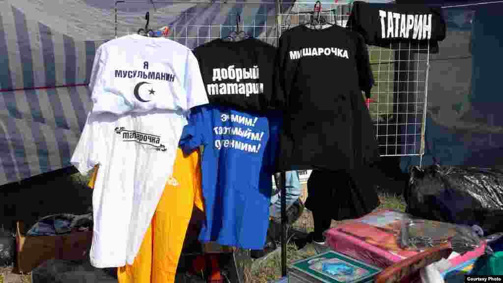 Сабантуйда татарларга бәйле язулы футболкалар