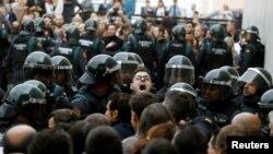 Каталониянын шайлоо бекеттериндеги тирешүүлөрдүн бири. 1-октябрь, 2017