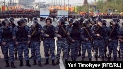 """Полиция в боевой готовности во время """"Марша миллионов"""" в Москве, 6 мая 2012 года"""
