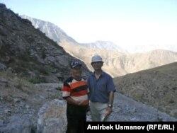 Тургун Муратов жана макаланын автору. Эски кендин сыртындагы түзөңчө. 20-июль, 2011