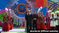 Қазақстанның бірінші президенті Нұрсұлтан Назарбаев халықты 1 мамыр - Бірлік күнімен құттықтап тұр. Нұр-Cұлтан, 1 мамыр 2019 жыл.