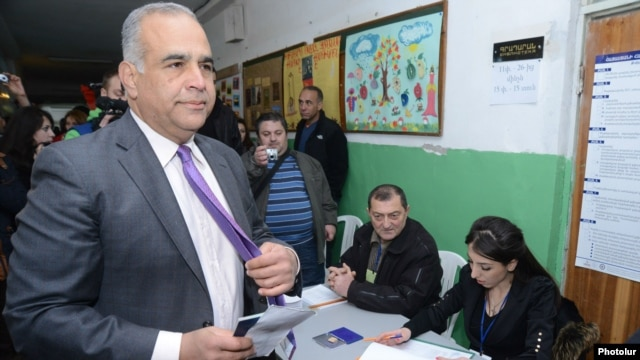 Armenia - Raffi Hovannisian, opposition candidate, at a polling station before casting his vote at the presidential election, Yeravan,18Feb,2013