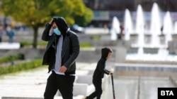Засега няма изискане за носене на маски на открито, но се засилват проверките в търговските обекти и градския транспорт