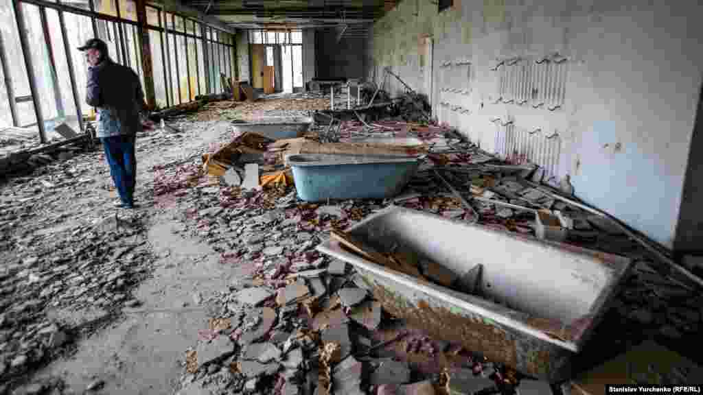 Мебель и сантехнику после аварии выносили на первые этажи зданий. Однако высокий уровень радиации не дал возможности владельцам их забрать.