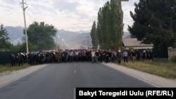 Милиционеры возвращаются из села Кой-Таш в Бишкек, 8 августа 2019 г.