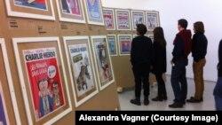 Посетители выставки обложек журнала Charlie Hebdo