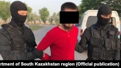 """ҰҚК мен ішкі істер департаменті қызметкерлері Түркістан облысында """"экстремизмді насихаттады"""" деген күдікпен ұстаған адам. (Суретті облыстық ішкі істер департаменті ұсынған.)"""