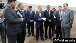 Президент Таджикистана Эмомали Рахмон (справа) во время поездки в Гиссарский район. 7 апреля 2015 года.