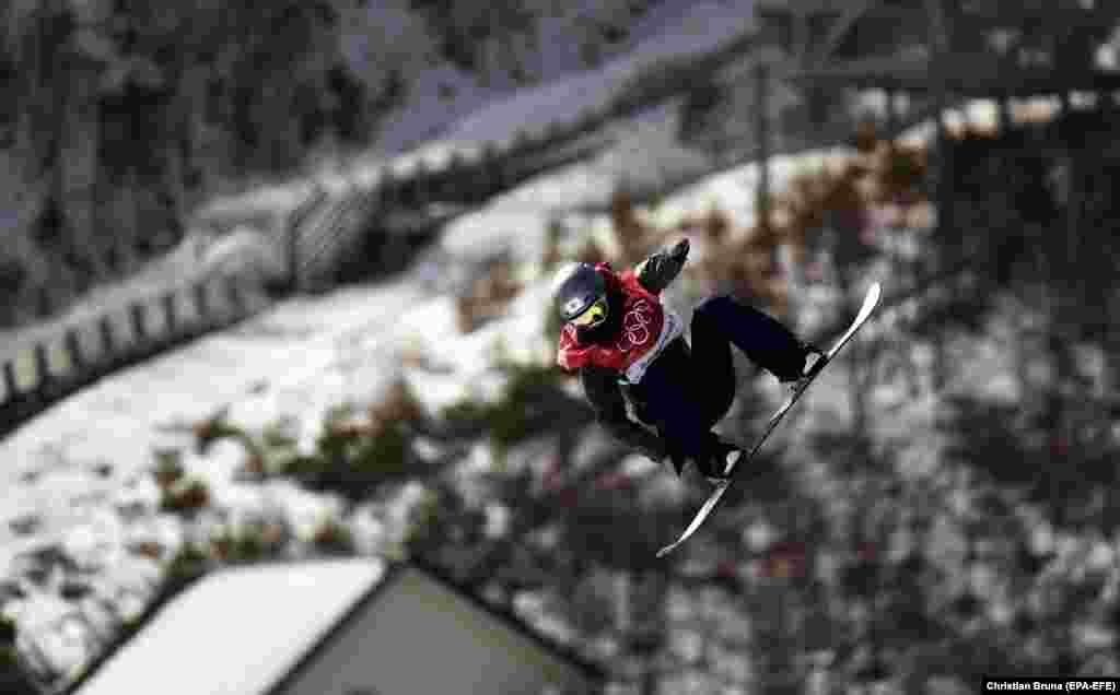 Сноуборд: Мияби Оницука из Японии во время женской квалификации по сноуборду в горнолыжном центре «Альпения»