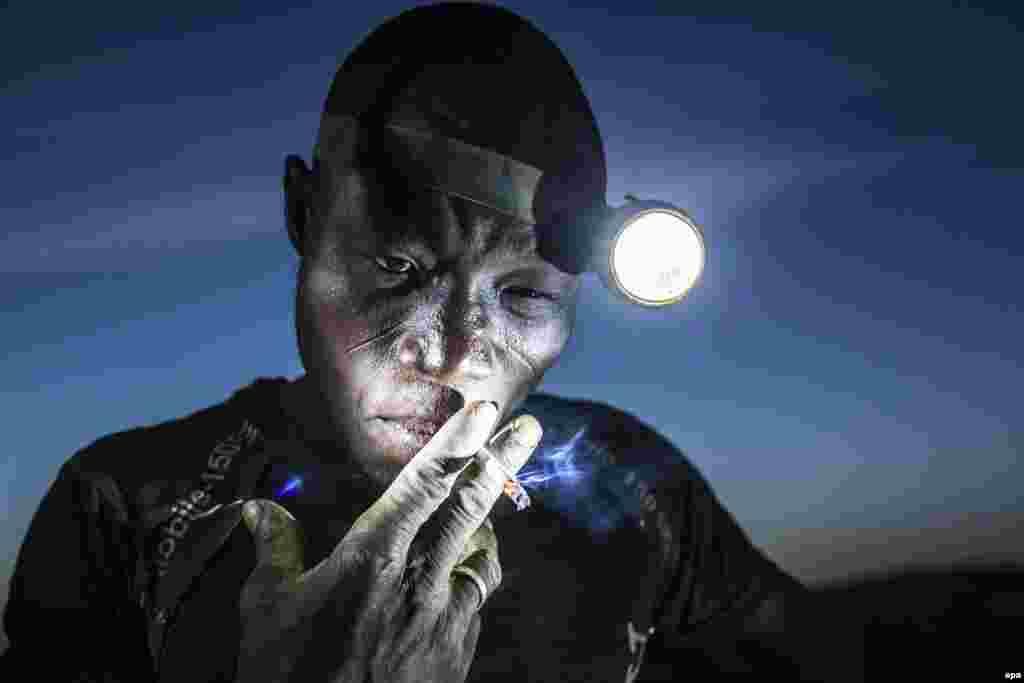 """Матьяс Кривич из Словении занял второе место в категории """"Люди"""". На фотографии - шахтер перед спуском в шахту в Буркина-Фасо."""