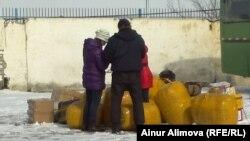 Торговцы после прохождения таможенного досмотра ожидают автобус. Алматинская область, февраль 2013 года.