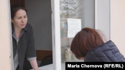 Анжелике Назимовой передают воду через окно. Вихоревка, 25 апреля 2017 г.