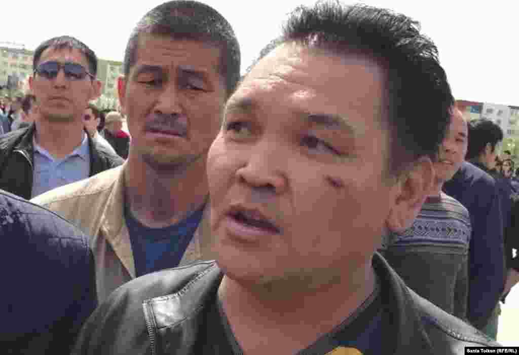 Житель Атырау Касым Кожантаев 18 мая был арестован на трое суток по решению суда. Он был в числе выступавших на несанкционированном митинге «против продажи земель» в Атырау 24 апреля.  На фото: Касым Кожантаев (справа) на митинге в Атарыу 24 апреля.