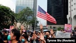 Демонстранты в Гонконге призывают Конгресс США одобрить законопроект о защите прав человека в стране. 8 сентября 2019 года.