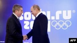 Президент МОК Томас Бах (слева) и президент России Владимир Путин. Сочи, 4 февраля 2014 года.
