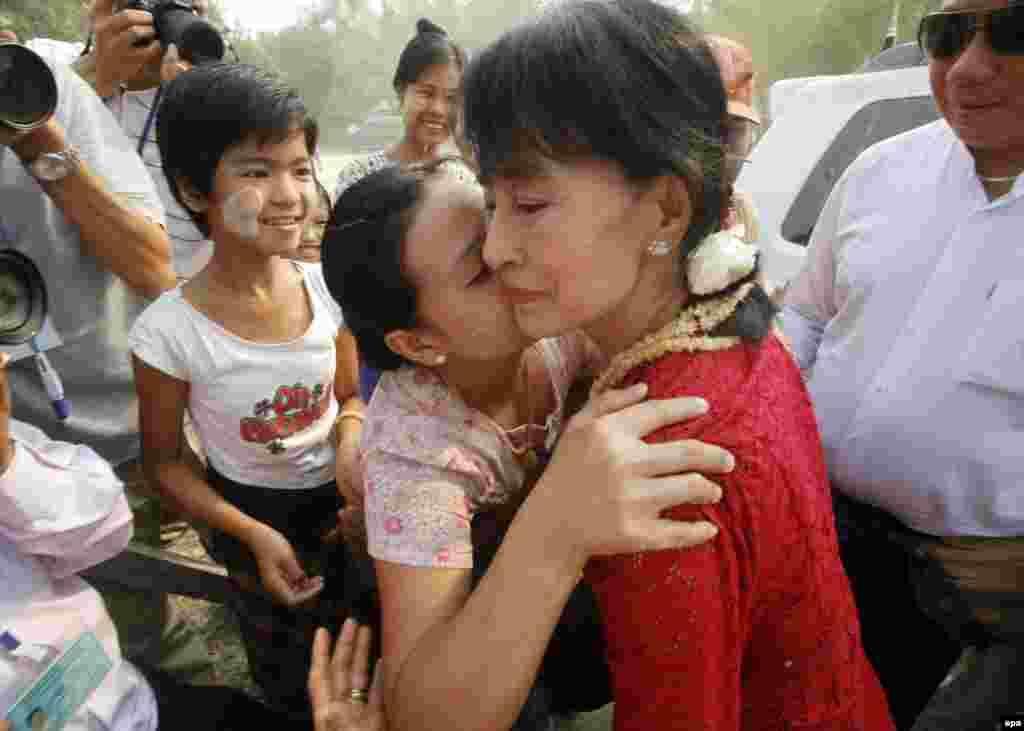 انگ سان سوکی، از رهبران اصلی و پيشتاز مبارزات دموکراسیخواهانه در کشور برمه، ميانمار، در دیدار با هوادارانش.