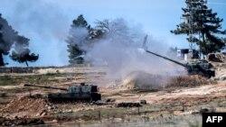 Түркияның шекарадағы Килиш қаласы маңынан түркиялық танк Сирия аумағын атқылап жатыр. 16 ақпан 2016 жыл.