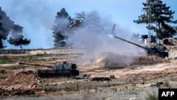 Турецька самохідна артилерія біля кордону з Сирією веде обстріл у бік сирійської території, 16 лютого 2016 року