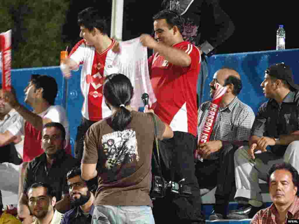 به دلیل هوای بسیار گرم و شرجی دبی، بازیکنان تیم تنها شب در هوای باز تمرین می کردند.