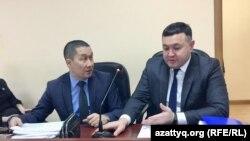 Адвокаты Ерлан Газымжанов (слева) и Аманжол Мухамедьяров перед началом судебного заседания. Нур-Султан, 19 февраля 2020 года.