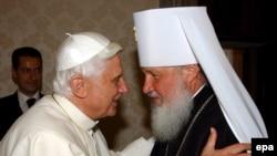 Несмотря на внешние признаки раздора, иерархи церквей-сестер всегда находили возможность для протокольного общения. Метрополит Кирилл у понтифика. Май 2006