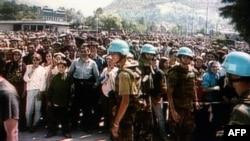 Nizozemski vojnici isrped UN baze u Potočarima, juli 2995.