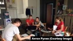 Антон Рулев (второй справа) на работе