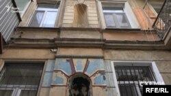 Фасад і ліпнина, колись охайні балкони – відтепер проблемні місця історичної споруди