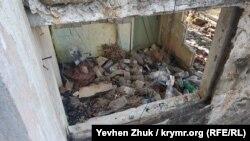 Куча мусора в одной из пристроек усадьбы