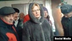 Мэр Самары Елена Лапушкина с жителями дома по улице Молодежной