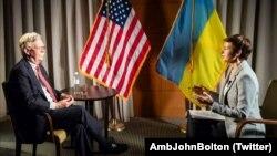 Советник президента США по вопросам национальной безопасности Джон Болтон и журналистка Радіо Свобода Елена Ремовская. Киев, 27 августа 2019 года