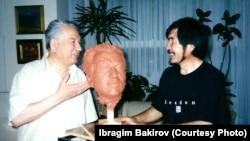 Чыңгыз Айтматов сүрөтчү-дизайнер Ибрагим Бакиров менен.