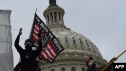 """Протетиращи с противогази, издигнали знамето """"Роден, отгледан и защитаван от Бог, оръжия, смелост и слава""""."""
