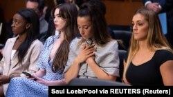 Američke gimnastičarke Simone Biles, McKayla Maroney, Aly Raisman i Maggie Nichols tokom saslušanja u Senatu o načinu na koji je FBI rukovodio istragom za seksualno zlostavljanje doktora njihovog tima Larrija Nassara, 15. septembar 2021.