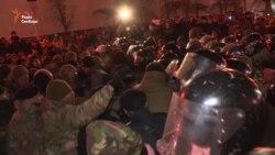 На майдані Незалежності невідомі активісти штовхались із правоохоронцями (відео)