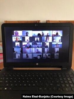 """Për shkak të kalimit të mësimit në skenarin C, klasa e mësueses Naime Elezi-Bunjaku përdori platformën """"Zoom"""" për të zhvilluar procesin mësimor."""