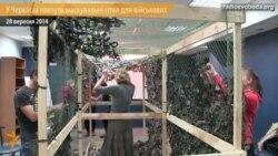 Черкаські «павучки» плетуть маскувальні сітки для військових