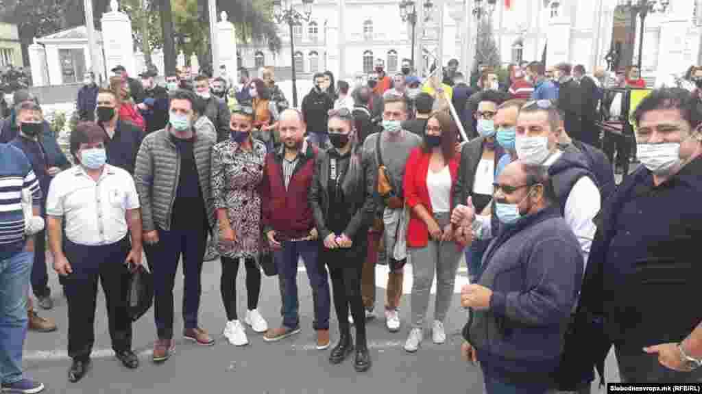 СЕВЕРНА МАКЕДОНИЈА - Претставници на ноќните клубови од земјава заедно со дел од музичарите денеска излегоа на протест пред Владата против најновите одлуки на Комисијата за заразни болести и на Владата за заштита од коронавирусот.