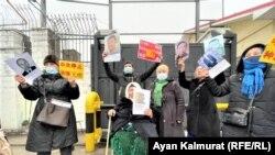 Tiltakozás a kínai nagykövetség előtt Almatiban, 2021. február 9-én.
