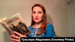 Историк Гульнара Абдулаева со своей книгой «Крымские татары: от этногенеза до государственности»