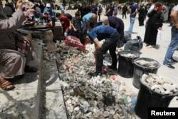 فلسطینی ها پس از درگیری با پلیس اسرائیل در مجموعه مسجدالاقصی در 10 مه 2021 سطل های زباله را پر از سنگ کردند.