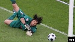 Италияның тәжірибелі қақпашысы Джанлуиджи Буффонның Еуро-2008 турнирінде қақпасын аман сақтап қалған сәттердің бірі.